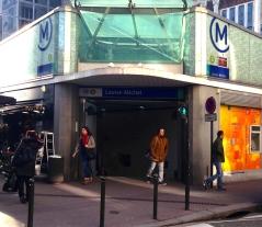 A l'entrée de la station de métro Louise Michel (photo: Simon Buisson)